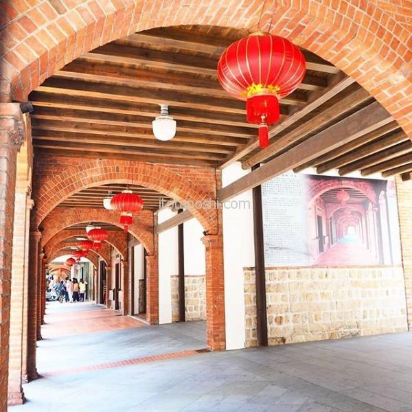 大晦日の朝は #迪化街 に行きました。最近、 #大稲埕 と呼ばれて人気スポットになっていて、 #港 として栄えていた頃の #建物 を #リノベーション して #カフェ や #お洒落 なお店が並んでいます。#台湾 #台北