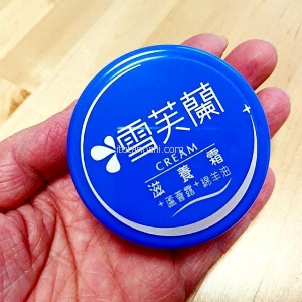 台湾のお土産にお勧めなのが雪芙蘭滋養霜(雪芙蘭クリーム)これは小さいサイズ60gでドラッグストアで35元でした。 今台湾で話題のMIT(made in Taiwan)、台湾製造のもの。日本のニベアクリームのように台湾ではポピュラーなクリームで全身に使えます。ニベアよりもテクスチャが柔らかく、ベビーパウダーのような香りがします。お肌に合わなかったら、かかとに塗ってもいいし(笑)持ち歩けるサイズなのでハンドクリームにしてもいいです。ばらまき土産にぴったりです。#台湾 #Taiwan #台湾製 #MIT #クリーム #お土産 #ばらまき土産 #台湾みやげ #雪芙蘭 #滋養霜 #ニベア #メイドイン台湾 #madeintaiwan #コスメ #プチプラ