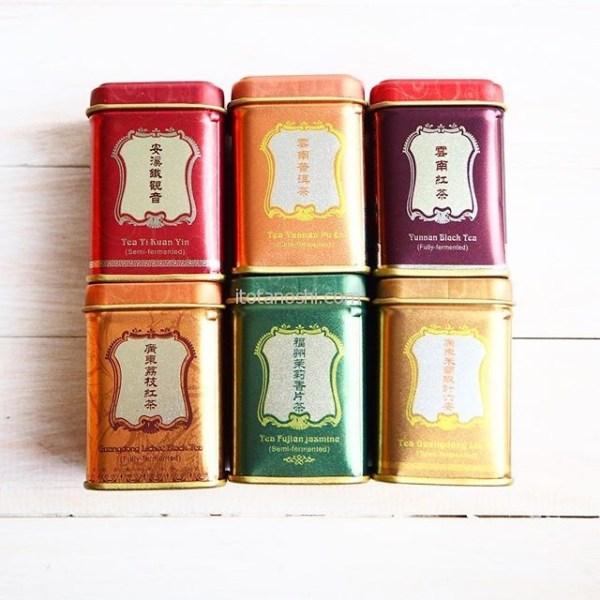 マカオ華聯茶葉公司のお茶のセットマカオで長男は単独行動。中国茶が好きなので、お茶を買いに行ってました。レトロなデザインの小さい缶がすごく可愛い。もちろん、お茶は本格的なもの。缶の蓋を開けるとそれぞれのお茶の良い香りがします。#マカオ #Macau #澳門 #十月初五日街 #マカオみやげ #お土産 #souvenir #華聯 #華聯茶葉公司 #華聯茶荘 #中国茶 #お茶 #烏龍茶 #紅茶 #鉄観音 #普洱茶 #茉莉花茶 #instalover #i nstalovers #instafood #instafoods #instatravelling #instatravel