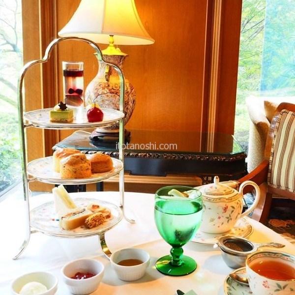 全国のホテルラウンジとホテルを紹介するサイト「Sophisticated Hotel Launge」にて書かせていただきました。.ホテル椿山荘東京東京のロビーラウンジ、ル・ジャルダンです。.都内のホテルで初めてアフタヌーンティーを提供したことで知られています。三重の塔もある広い庭園も魅力的。.これぞアフタヌーンティーと言いたくなるような、オーソドックスなアフタヌーンティーを庭園の木々を眺めながらいただく、贅沢な時間が過ごせます♡.http://hotellounge.net/lounge/tokyo/le-jardin.html.hotellounge.net の東京都のホテルラウンジ一覧に掲載されています。.#椿山荘 #椿山荘東京  #ルジャンダン #アフタヌーンティー #afternoontea #ホテル #hotel #東京 #coffee #コーヒー #カフェ #cafe #Tokyo #instalove #instalovers #instalover #ラウンジ #ホテルラウンジ #lounge #hotellounge #SophisticatedHotelLaunge #instatravel #instatravelling #instasweets #instasweet #instagood #instafoods
