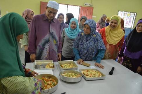 YB Ustaz Shafie Ngah memerhati teknik membuat pizza