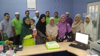 Ketua Muslimat PAS, barisan Exco Pemuda PAS Serdang & Ameerah Serdang menyampaikan kek sebagai tanda penghargaan kepada para guru di Sekolah Rendah Integrasi Tahfiz Ilmuwan (SRITI)