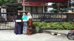 Wakil Muslimat PAS Serdang menyantuni para guru di SM Bandar Tun Hussein Onn