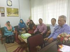 Muslimat PAS Serdang menyampaikan kek Hari Guru kepada Pengetua dan Pembantu Kanan SMK Jalan Reko