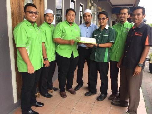 PAS Serdang menyampaikan kek Hari Guru kepada wakil muallim sekolah Sri Ayesha