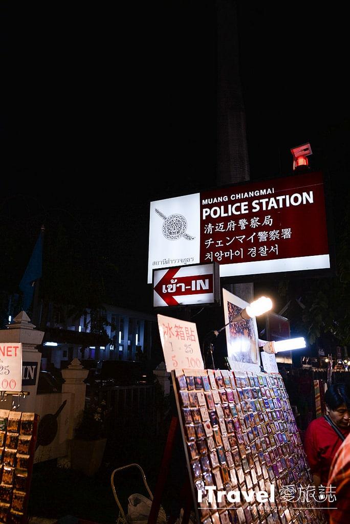 《清邁夜市集景》週日步行街夜市:塔佩門起步走的購物天堂
