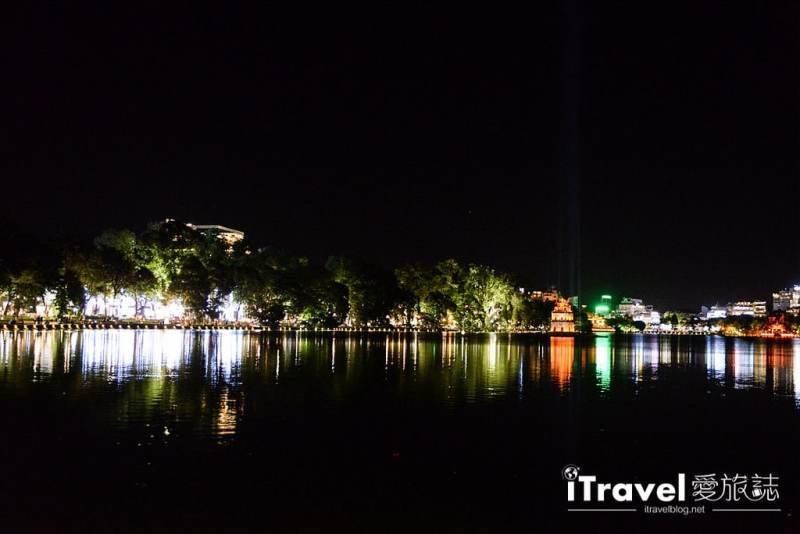 《河內景點推薦》還劍湖:河內市舊城區的地標景點,漫步在三十六古街旁的夜間點燈湖畔