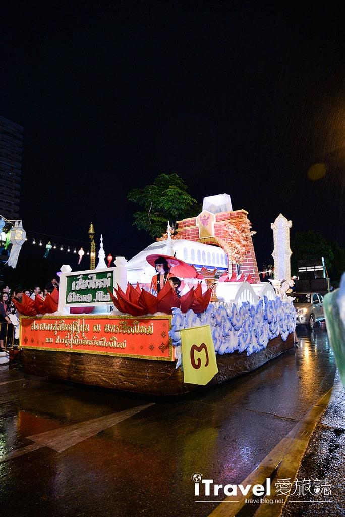 《清邁水燈節》大型水燈花車遊行:清邁水燈節壓軸活動,各路人馬盛裝登場競賽