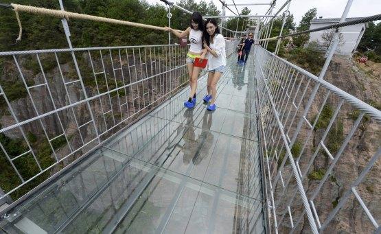Η γυάλινη γέφυρα της Κίνας προσφέρει θέα και τρόμο! - iTravelling
