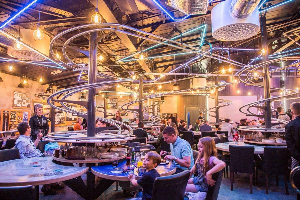Το εστιατόριο που τα πιάτα ταξιδεύουν σε ράγες ως το τραπέζι σου