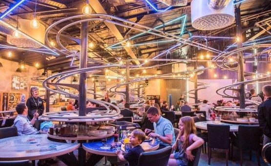 Το εστιατόριο που τα πιάτα ταξιδεύουν σε ράγες ως το τραπέζι σου - iTravelling