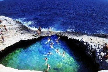 6 παραλίες κρυμμένες σε βράχους στη Μεσόγειο - iTravelling