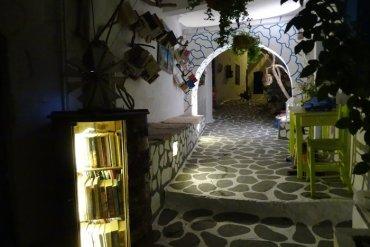 Η καλύτερη ανοιχτή βιβλιοθήκη βρίσκεται στην Κίμωλο - iTravelling