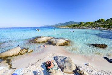 Αυτή είναι η ελληνική παραλία με τα πιο ζεστά νερά - iTravelling