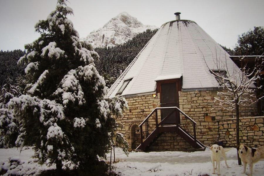Theasis Igloo: Βρήκαμε τα ελληνικά πέτρινα ιγκλού στα Τζουμέρκα - itravelling.gr