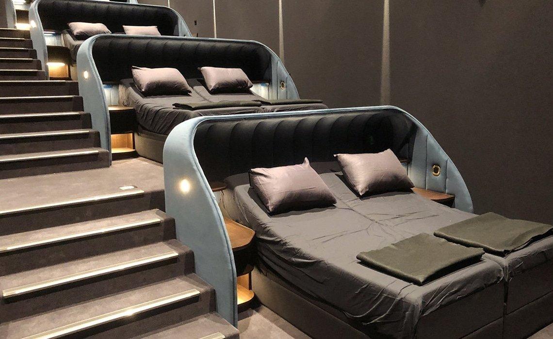 VIP Bedroom Cinema: Απολαμβάνουμε ταινία σε διπλό κρεβάτι! - itravelling.gr