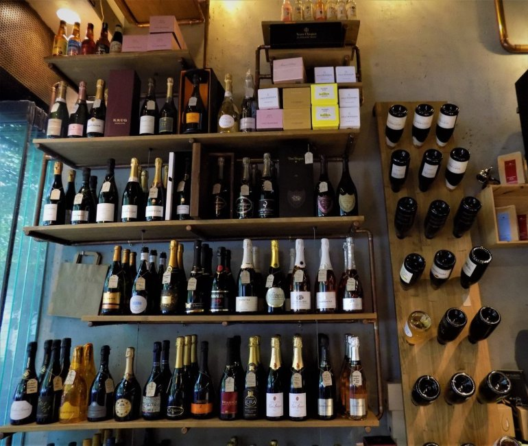 Warehouse CO2: Ο «ναός» για το αφρώδες κρασί στο κέντρο της Αθήνας - itravelling.gr