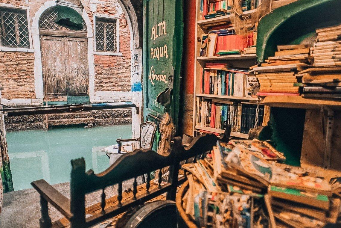 Acqua Alta: Το πιο σπάνιο βιβλιοπωλείο της Βενετίας είναι μέσα στο νερό! - itravelling.gr