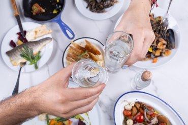 Ελληνικό Ουζομεζεδοπωλείο: Ανανεωμένο μενού με έμφαση στην ελληνική κουζίνα - itravelling.gr