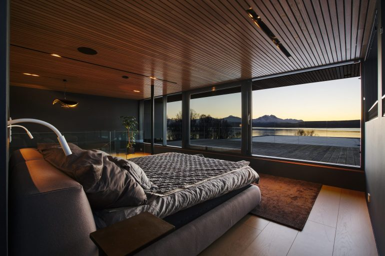 Ένα υπαίθριο γούνινο κρεβάτι με θέα στο Βόρειο Σέλας - itravelling.gr