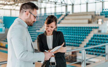 Vielfältige Aufgabenfelder: Sportmanager entscheiden mit über den Erfolg von Proficlubs im Fußball, Eishockey, Basketball und Handball.