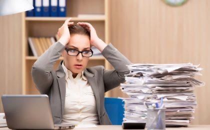 """Der """"papierlose"""" Schreibtisch ist für die meisten Beschäftigten ein Traum geblieben: Tatsächlich quillt nicht nur der E-Mail-Eingang über, auch auf dem Schreibtisch häufen sich Unterlagen und Notizen."""