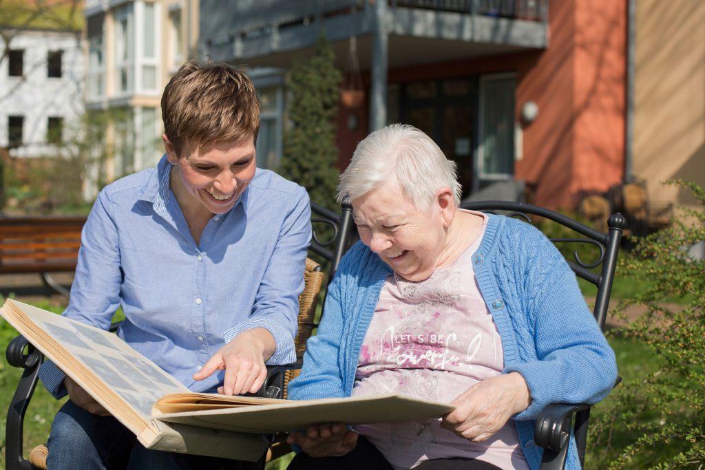 Seniorenassistenten betreuen ältere Menschen durchgängig. Sie schaffen damit eine stabile zwischenmenschliche Vertrauensbasis.