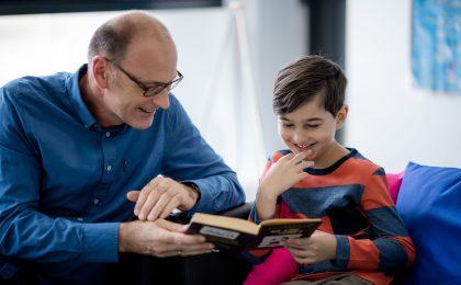 Ehrenamtliche Lesementoren helfen beim Lernen