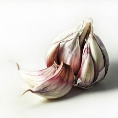 Calories: 4 per clove Garlic fights colds, battles cancer, and may even ward off urinary tract infections. A diet rich in garlic can help thanks to the bulb's natural antimicrobial properties. To get the most health benefits out of this stinky bulb, let chopped or crushed garlic sit for 10 minutes before heating. This method helps it retain a third more of its cancer-fighting sulfur compounds than if it were cooked immediately.