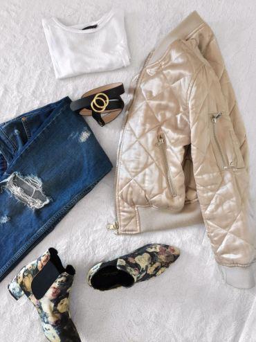 Bomber jacket: Topshop, Tshirt: Primark, Jeans: Topshop, Boots: Topshop. Belt: H&M