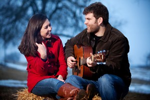 pareja-feliz-con-guitarra-man-woman-listening-guitar