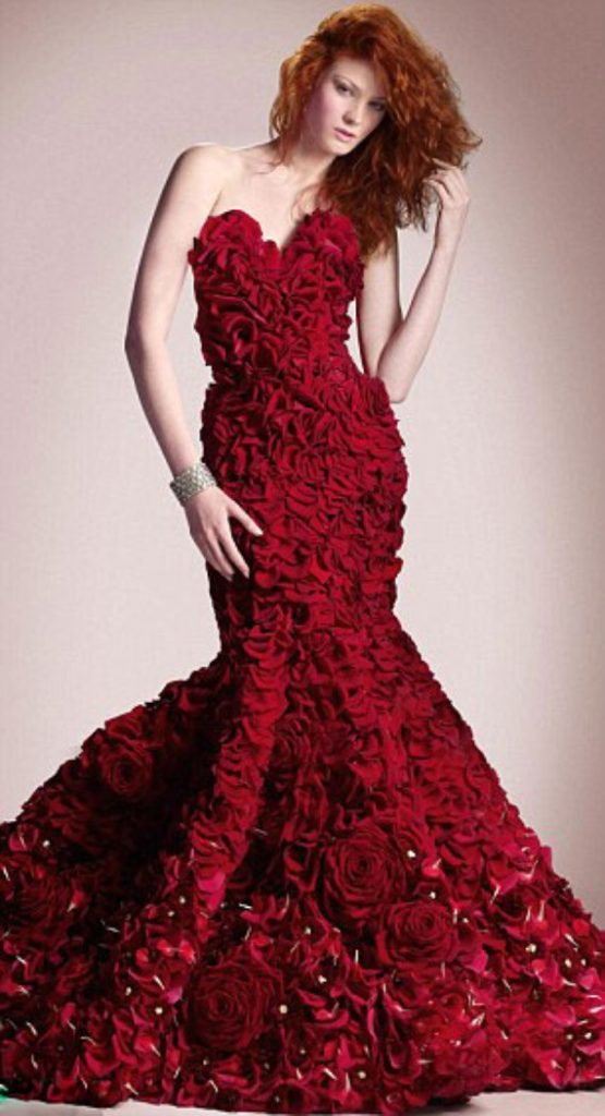 The-Special-Dress-Made-from-2000-Roses-for-Valentines-Day