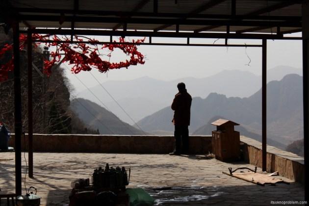 Гора Лангья. На обзорных площадках и остановках перекурах обычно стоят торговцы всякой снедью и сувенирами.