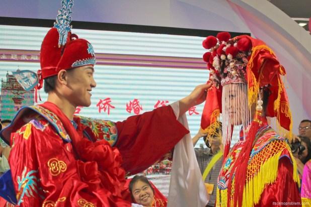 Свадьба в Китае. Жених открывает лицо невесты