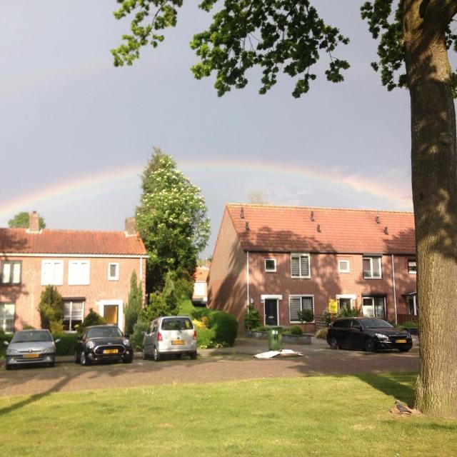Zon regen onweer en een regenboog nederlandsweer rainbow