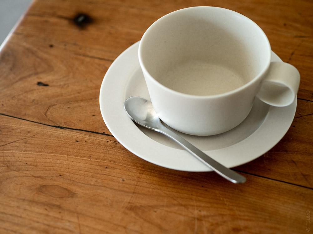 Sori Yanagi_Stainless Cutlery_Coffee Spoon_Yumiko Iihoshi Porcelain Unjour Cup & Plate_suna