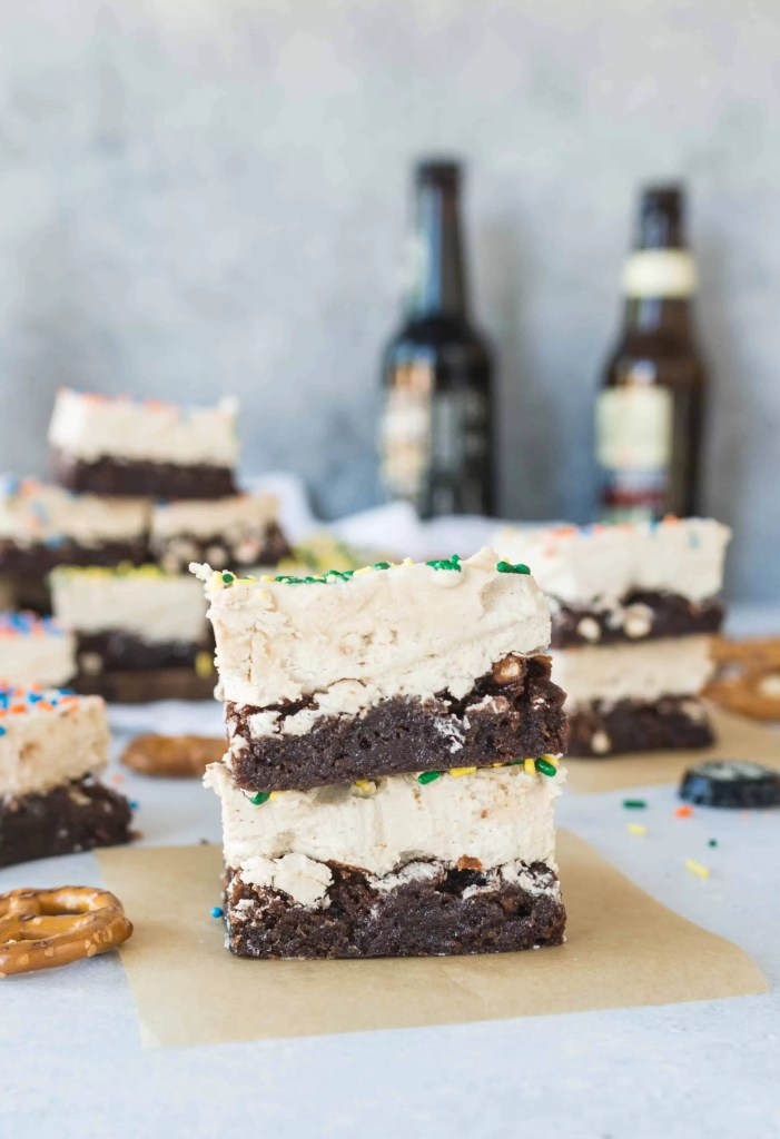 Be the star of your next football party with these shortcut beer + pretzel brownies. They're perfect tailgating food! Recipe at itsybitsykitchen.com