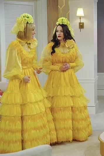 Două mirese îmbrăcate în galben