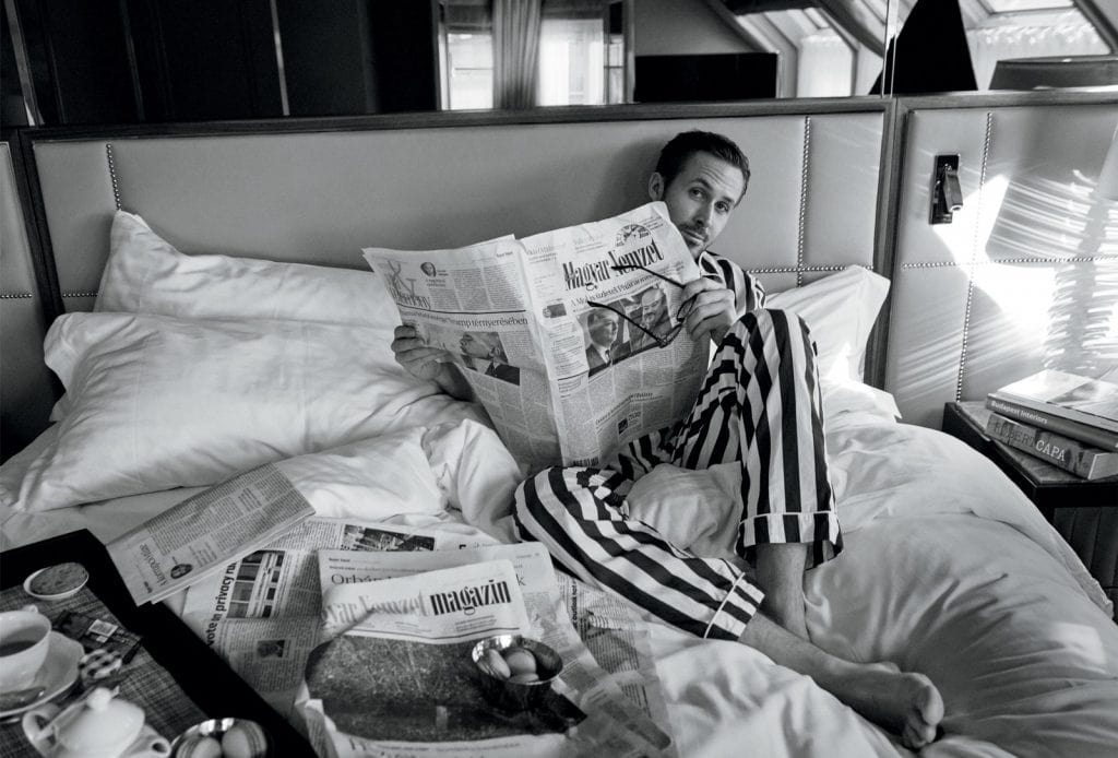 Ryan Gosling citind ziarul