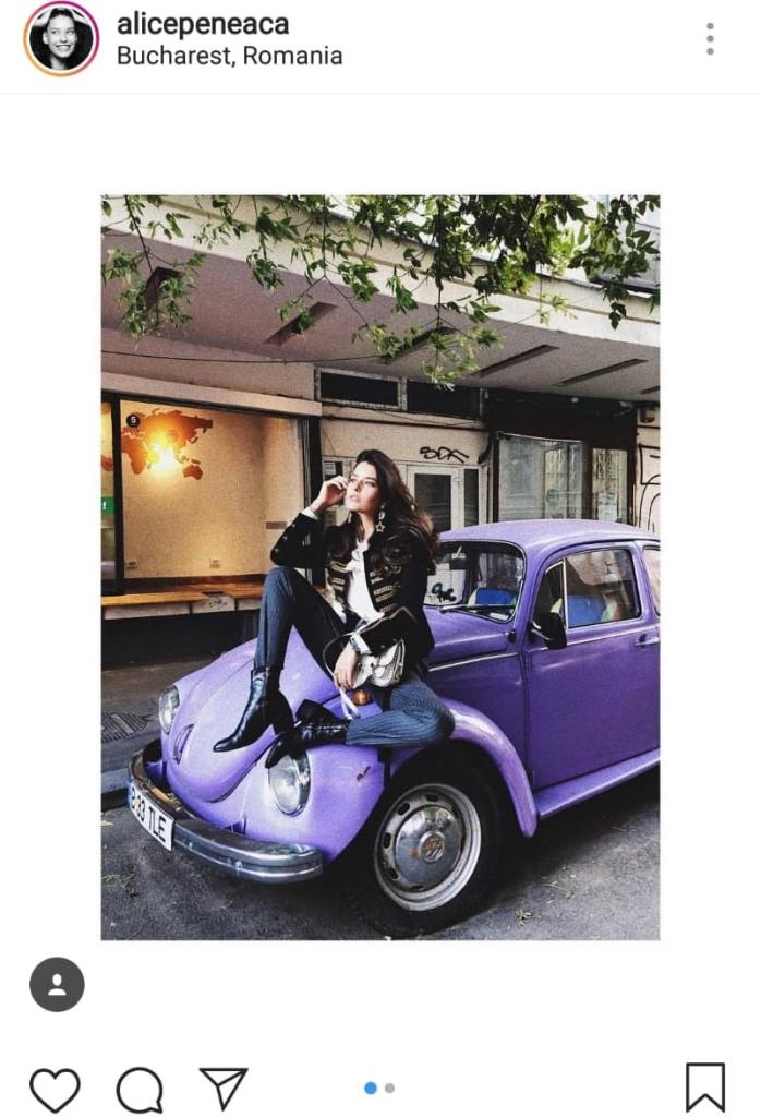 Alice Peneacă s-a pozat pe o mașină de culoare mov