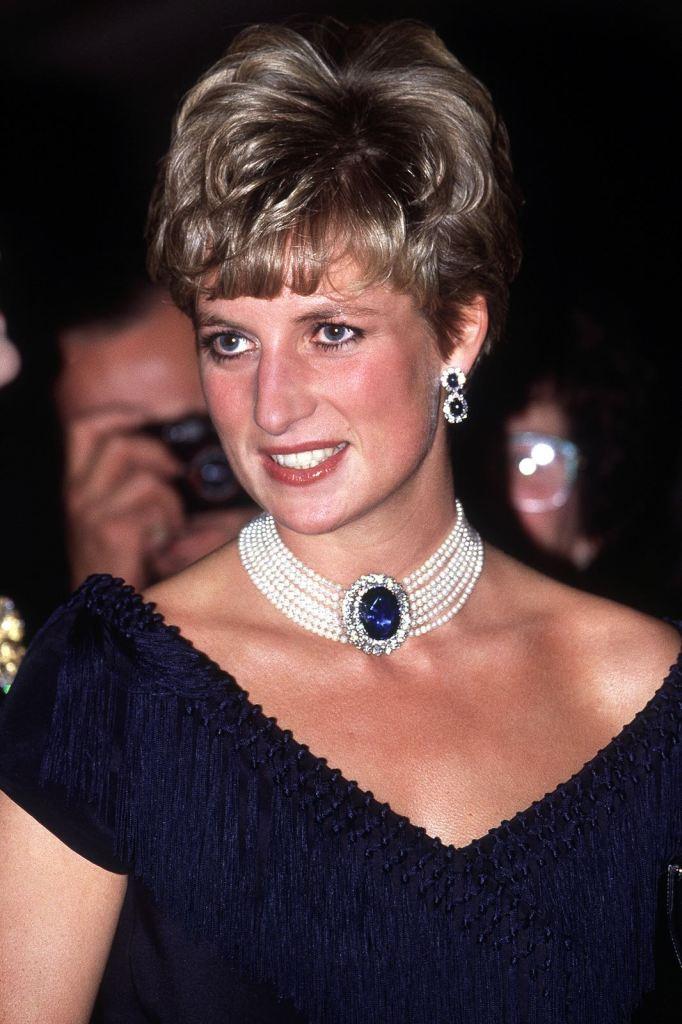 Printesa Diana putand colierul din perle cu diamante si safir albastru