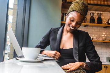femeie insarcinata cu ceai