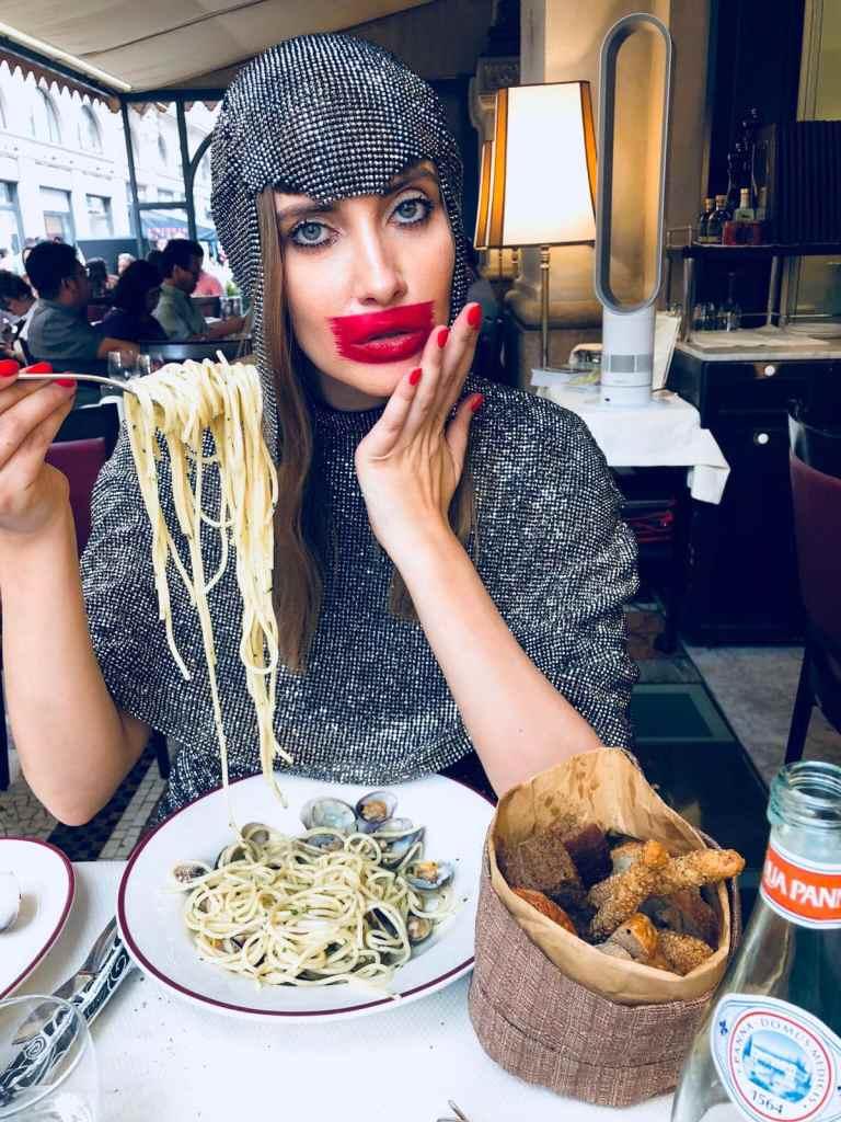 Iulia Albu mănâncă paste