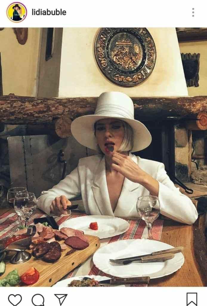 Lidia Buble la masă, are un platou cu brânză și diverse cărnuri