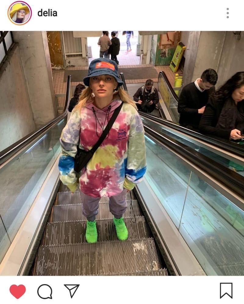 Delia, îmbrăcată lejer și colorat