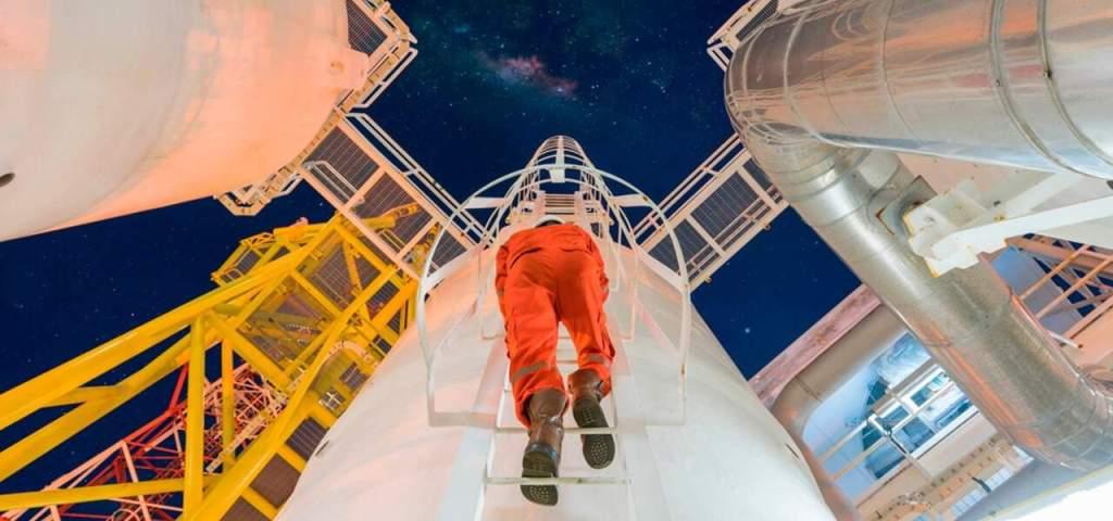 Inspeções de Segurança para Vasos de Pressão - profissional capacitado indo realizar manutenção nos vasos de pressão