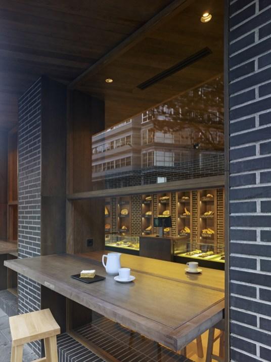 Barra de degustación desde el extetior en diseño interior de Panadería Carnoedo