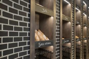 Detalle exposición retroiluminada y rótulos caligrafiados a mano en diseño interior de Panadería Carnoedo