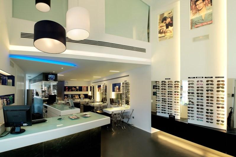 Entrada y mostrador de venta de óptica en Ponferrada