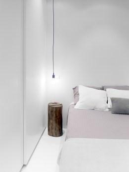 Mesitas de noche formato tronco de madera. Diseño interior de mini-apartamento en Madrid